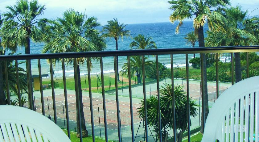Beautiful views to tennis courts and sea